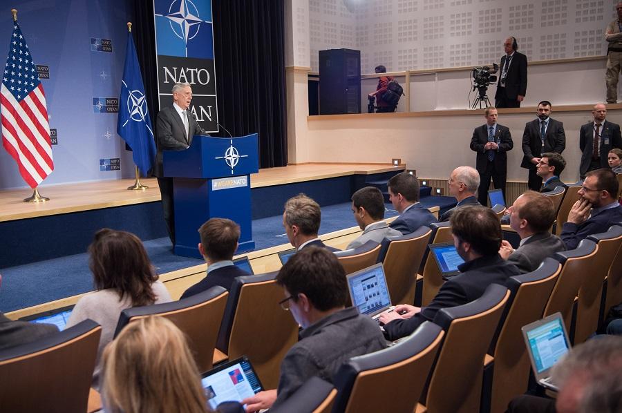 Tlačová konferencia ministra obrany USA J. Mattisa po rokovaní ministrov obrany NATO v Bruseli
